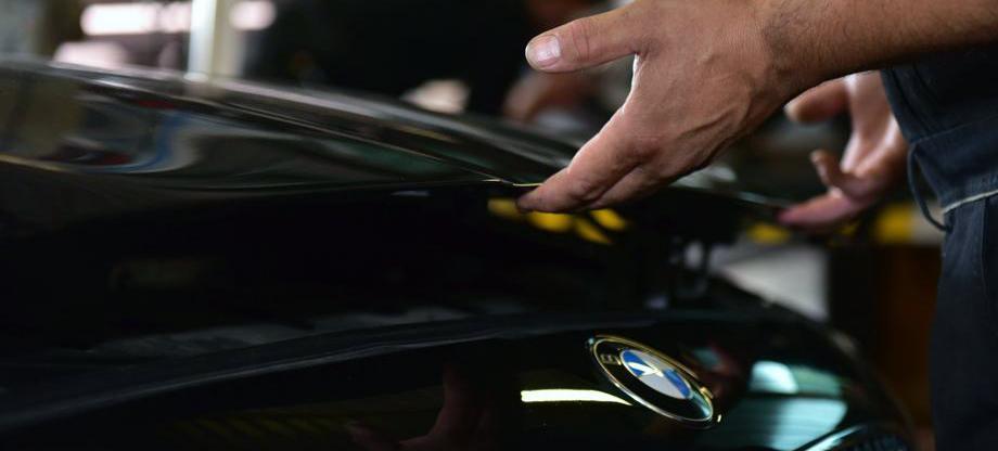 Öffnen der Motorhaube für Ölwechsel