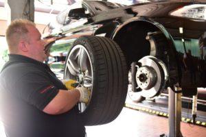 Reifenmontage eines Reifens an der Bremse